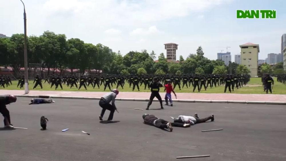 Xem cảnh sát cơ động biểu diễn trấn áp nhóm tội phạm có vũ khí